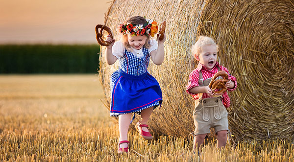 Zwei Kids in Tracht